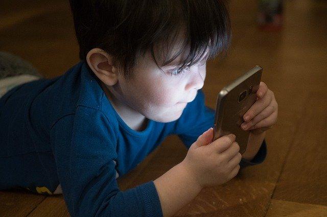 chlapec a mobilní telefon.jpg