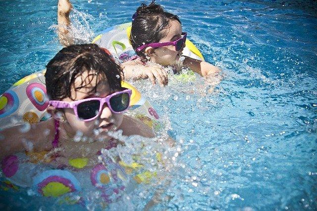 sluneční brýle holek ve vodě.jpg
