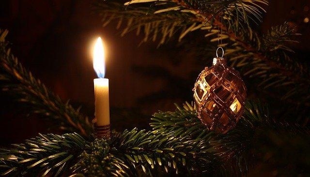 hořící svíčka na stromku
